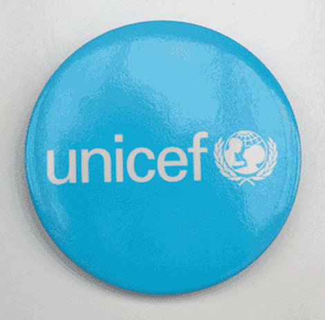 Round UNICEF metal badge, 55 mm diameter